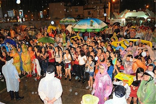 Mặc trời mưa, rất đông khán giả vẫn nhiệt tình cổ vũ cho các nghệ sĩ. - Tin sao Viet - Tin tuc sao Viet - Scandal sao Viet - Tin tuc cua Sao - Tin cua Sao