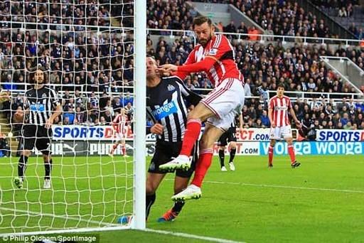 Sau pha phá bóng bằng đầu, Taylor va chạm với Fletcher khiến hậu vệ Newcastle lao vào cột