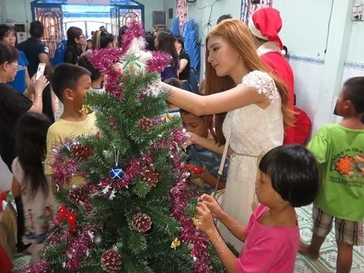 Andrea hóa thân thành thiên thần nội y, Lilly Luta mang Giáng sinh đến mái ấm.