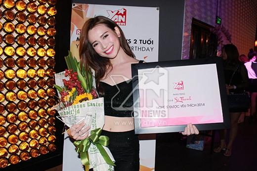 Sĩ Thanh bên bó hoa tươi của nhà tài trợ thương hiệu hoa tươi Flower Talk - Tin sao Viet - Tin tuc sao Viet - Scandal sao Viet - Tin tuc cua Sao - Tin cua Sao