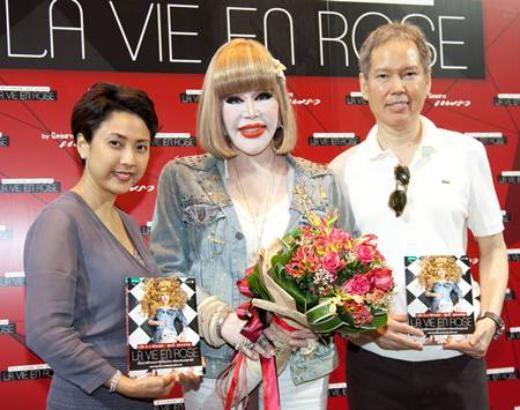 Nghệ sĩ Thái Lan Khun Sumanee Guna Kasem (giữa). Với mong muốn có khuôn mặt búp bê Barbie nên nhiều năm qua, bà Khun Sumanee Guna Kasem đã trải qua nhiều cuộc phẫu thuật thẩm mĩ, nhưng kết quả lại không được như mong muốn