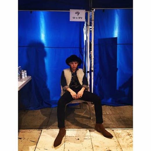 Trong khi đợi Taeyang biểu diễn, G-Dragon đã khoe hình lủi thủi trong hậu trường và viết: Tôi là ai? Tôi đang ở đâu?.