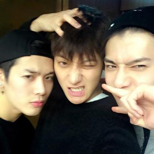Tao khoe hình cùng Sehun và Jackson (GOT7)