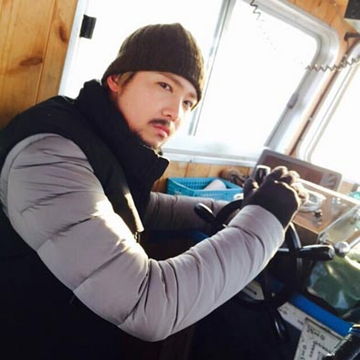 Lee Hong Ki tiếp tục khoe hình cực ngộ nghĩnh khi anh hóa thành ông lão đánh cá và ngồi trên thuyền.