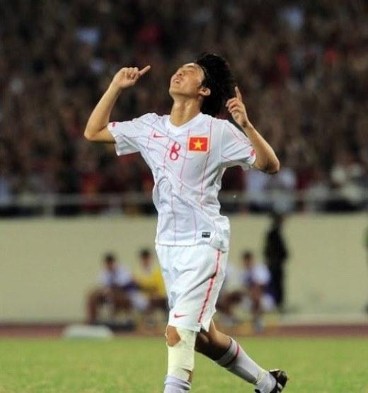 Không lâu sau đó, U19 Việt Nam có màn phục thù hoàn hảo trước chính U19 Myanmar tại giải U19 ĐNA mở rộng tổ chức ở Mỹ Đình. Trong trận bán kết, Công Phượng, Tuấn Anh cùng đồng đội đã đè bẹp U19 Myanmar bằng tỷ số 4-1. Pha ghi bàn mở tỷ số trận đấu của Tuấn Anh được ca ngợi là siêu phẩm đạt đến đẳng cấp quốc tế. Thể hiện phong độ thuyết phục nhưng một lần nữa thầy trò HLV Graechen lại không thể bước lên ngôi vô địch khi thất bại trước U19 Nhật Bản trong trận chung kết. Ảnh: Tuấn MarkVideoBàn thắng từ xa tuyệt đẹp của Tuấn Anh