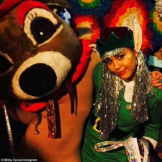Miley diện trang phục siêu khó đỡ đón Giáng Sinh