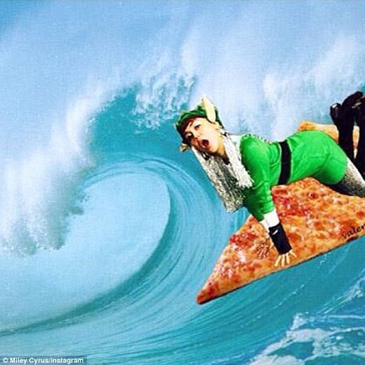 Cô nàng thậm chí còn post một tấm ảnh ghép mình đang lướt sóng trên miếng bánh pizza trên trang mạng xã hội