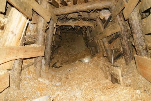 Vào sâu khoảng 6-7m, đường hầm được đào hướng lên trên để phòng trường hợp khối nước lớn từ phía trong hầm có thể ập ra gây sạt lở nguy hiểm cho lực lượng cứu hộ. Đồng thời, đường hầm cũng nhỏ dần vào trong.