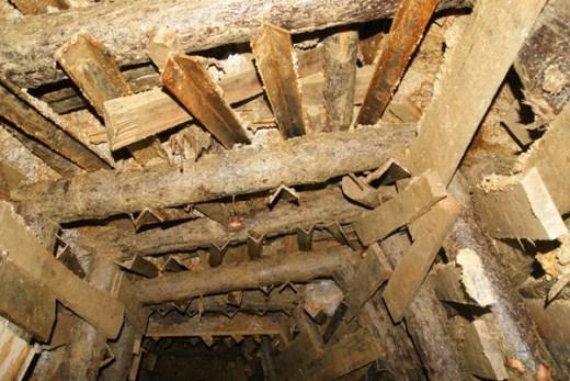 Thanh gỗ ngang chống mái hầm ngoài được chống đỡ bởi 2 cọc chắc. Hai bên còn có những thanh sắt dài đóng vào lòng đất đỡ lực. VideoGiây phút giải cứu các nạn nhân mắc kẹt 4 ngày trong hầm