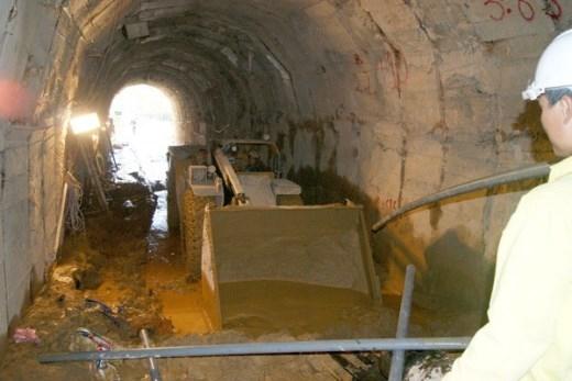 Chiều 20/12, những công nhân của Cty Cổ phần Sông Đà 10 (đơn vị thi công đường hầm này) đang thu dọn hiện trường. Phần bùn đất từ đoạn hầm các công nhân mắc kẹt chảy ra vẫn đang được máy xúc đưa ra ngoài.