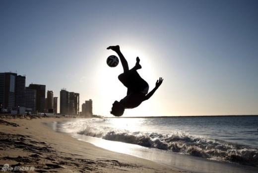 Ngày 11/6, cúp bóng đá thế giới tổ chức ở Brazil thổi bùng ngọn lửa cuồng nhiệt với môn thể thao vua của người dân nước này. Trong hình, một thiếu niên tung cú sút vô lê tuyệt đẹp trên bãi biển thành phố Fortaleza.