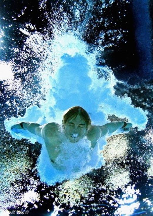 Ngày 2/8, vận động viên Matthew Mitcham của nước Úc tiếp nước trong vòng thi chung kết nhảy cầu 10m tại Đại hội thể thao Thịnh vượng chung (The Commonwealth Games).