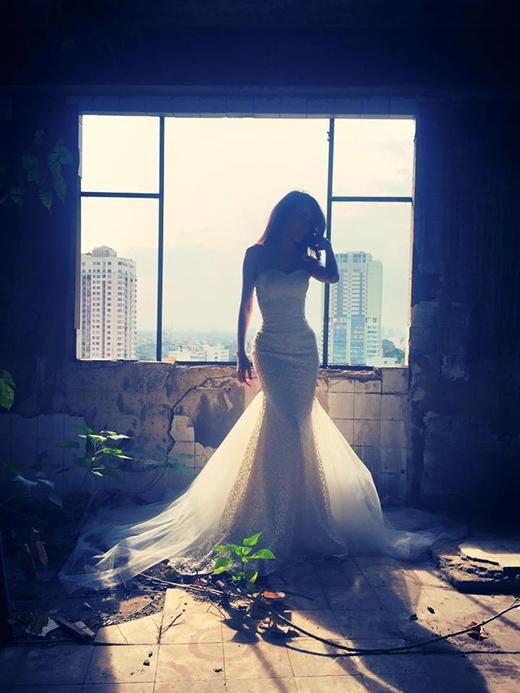 Thủy Tiên thay tiếp một bộ váy cưới đuôi cá cúp ngực - Tin sao Viet - Tin tuc sao Viet - Scandal sao Viet - Tin tuc cua Sao - Tin cua Sao