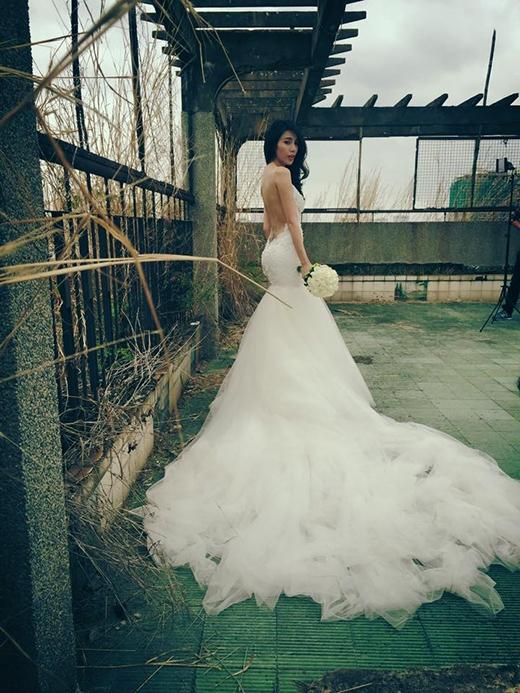 Cô dâu Thủy Tiên đầy quyến rũ trong bộ váy cưới trắng - Tin sao Viet - Tin tuc sao Viet - Scandal sao Viet - Tin tuc cua Sao - Tin cua Sao