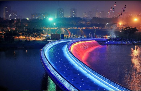 Hồ Gươm là điểm đến thu hút người dân Hà Nội mỗi dịp Giáng sinh về.