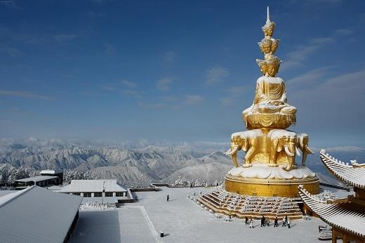 Bức tượng Phổ Hiền Bồ Tát cao 7,35 m, nặng 62 tấn, được xem là bức tượng Phật cao nhất thế giới. Tượng được đúc bằng đồng mạ và được mạ ngoài với 20 kg vàng.