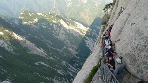 Cáp treo chỉ đưa du khách đến phân nửa Hoa Sơn. Muốn chinh phục được ngọn núi này, du khách buộc phải đi bộ