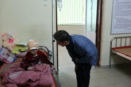 Dù lịch trình cuối năm khá bận rộn nhưng khi đọc về hoàn cảnh của bé Trang, anh đã đích thân ra Huế để thăm hỏi và giúp đỡ gia đình em. - Tin sao Viet - Tin tuc sao Viet - Scandal sao Viet - Tin tuc cua Sao - Tin cua Sao