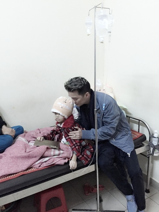 Đàm Vĩnh Hưng đích thân ra Huế giúp đỡ cháu bé bị tai nạn nguy kịch - Tin sao Viet - Tin tuc sao Viet - Scandal sao Viet - Tin tuc cua Sao - Tin cua Sao