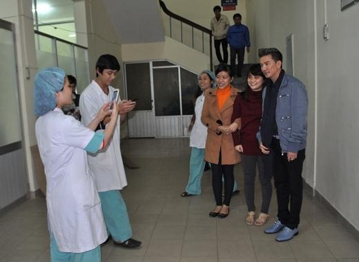Khá nhiều bác sĩ trong bệnh viện đã nhận ra Mr. Đàm và xin phép anh chụp hình lưu niệm. - Tin sao Viet - Tin tuc sao Viet - Scandal sao Viet - Tin tuc cua Sao - Tin cua Sao