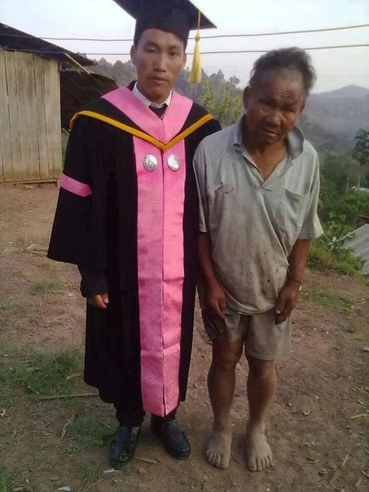 Người nông dân nghèo bên đứa con trai vừa mới tốt nghiệp. Khi hình ảnh này được đăng tải lên mạng xã hội, rất nhiều cư dân mạng đã bày tỏ sự cảm phục đối với hai cha con, dù nghèo khó nhưng vẫn cố gắng nỗ lực, vượt lên trên mọi hoàn cảnh.