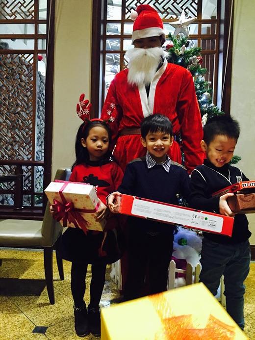 Subeo và hai bạn thân cùng tạo dáng chụp với ông già Noel.