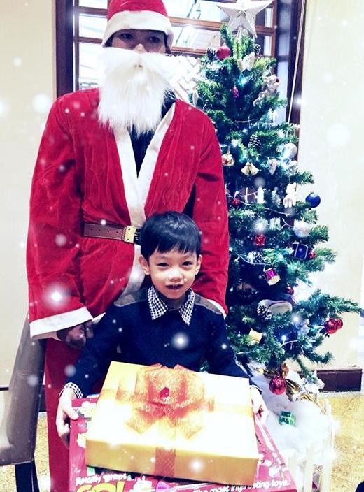 Subeo thích thú được ông già Noel tặng quà
