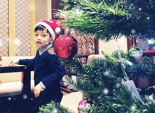 Bé Subeo đội mũ ông già Noel cực sành điệu