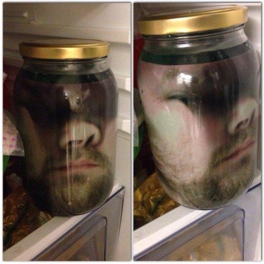 Để hù dọa vợ mình vào ngày Halloween, một người đàn ông đã in màu ảnh chụp gương mặt mình và bỏ vào hủ thủy tinh, đổ thêm dung dịch màu xanh