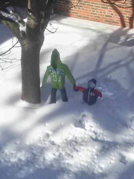 Một nhóm học sinh đã nảy ra trò chơi hù dọa mọi người bằng cách lấy quần áo nhúng nước, treo lên trong trời giá rét cho tới khi đông cứng lại rồi tháo những cây đỡ ra. Nhìn cực kì giống những người vô hình đang kẹt trong tuyết