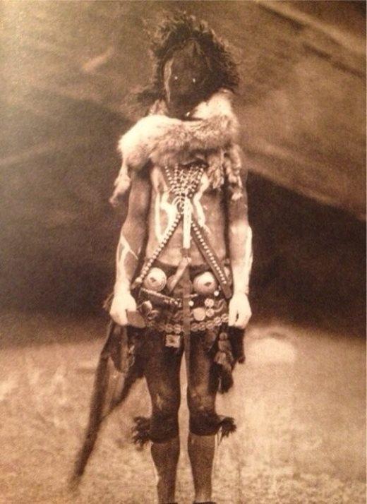 Bức ảnh một người của bộ lạc Navajo hóa trang thành linh hồn xấu trong một nghi lễ cũng đã được nhiều cư dân mạng chia sẻ vào lúc nửa đêm trong năm 2014