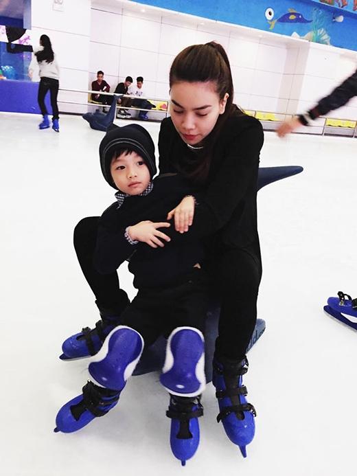 Sau đó, Subeo được mẹ Hà Hồ đưa đi trượt băng
