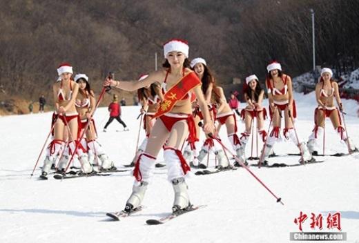 Nóng mắt với người đẹp mặc bikini trượt tuyết dịp Noel