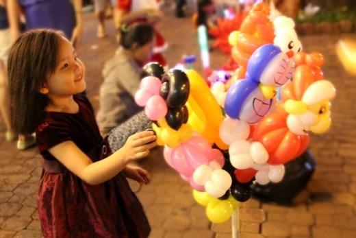 Khách hàng của dịch vụ này là các em bé. Một tượng bong bóng bán trong thời gian này có giá từ 10.000 - 30.000 đồng.