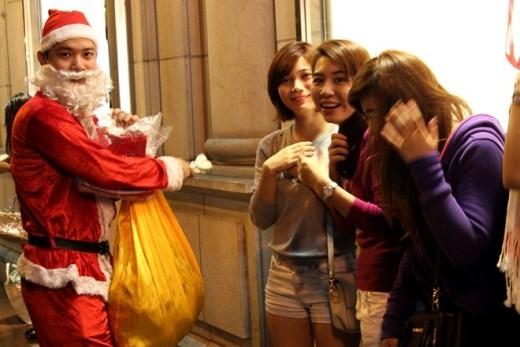 Nhiều người bán hàng còn hóa thân thành ông già Noel để thu hút khách.