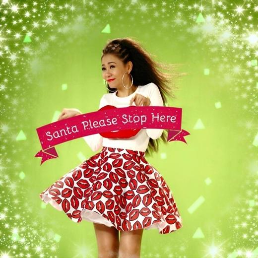 Diện chiếc chân váy nổi bật với hình những đôi môi đỏ rực và căng mọng, đi kèm theo đó là biểu cảm đáng yêu trên gương mặt, Thu Minh mến chúc khán giả: Một Giáng sinh tràn ngập tình yêu thương, luôn cống hiến hết mình và hạnh phúc trọn vẹn bên gia đình, bạn bè và cả nhà thân yêu.