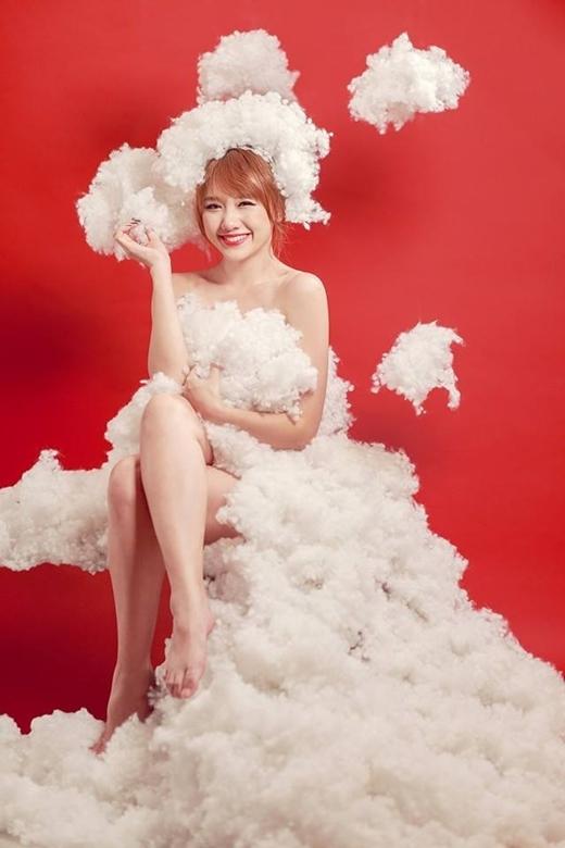 Lấy ý tưởng Giáng sinh, Hari Won đã hóa thân thành một cô tiên gợi cảm và quyến rũ khi diện chiếc váy được kết lại từ những đám mây. Tuy đây chỉ là những ảnh chụp chơi thôi thế nhưng cũng đủ làm cho các fan chảy máu mũi và chết đứng khi nhìn thấy những bức ảnh này.