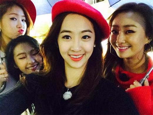 Dasom (Sistar) khoe hình 4 thành viên rực rỡ màu sắc noel cùng nhau đi xem phim: Bộ phim Taxi vô cùng vui...Cùng với các chị. Mọi người ơi, giáng sinh vui vẻ nhé.