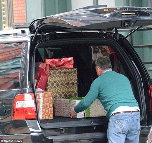 Đã có rất nhiều món quà được chuyển đến nhà Taylor vào ngày trước đó