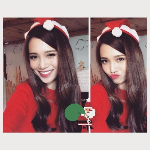 Bà già Noel Sĩ Thanh cũng gửi lời chúc Giáng sinh vui vẻ và ấm áp đến tất cả mọi người, kèm theo đó là biểu cảm siêu dễ thương khiến cho nhiều bạn fan vô cùng phấn khích và thích thú.