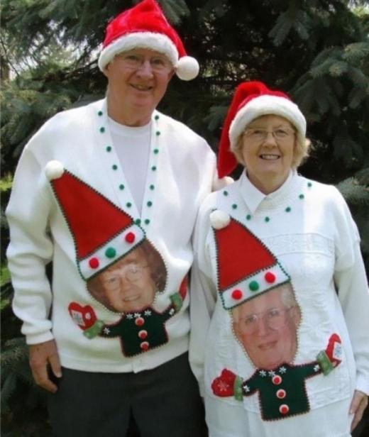 In hình trên áo cũng là một ý tưởng không tồi cho cặp đôi tuổi tứ tuần đi chơi giáng sinh.