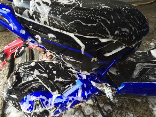Xịt nước theo chiều từ trên xuống khi rửa xe