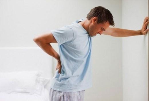 Nằm ngủ úp sấp có thể đè nặng lên âm nang, kích thích dương vật, dễ dàng tạo thành bệnh di tinh. Thường xuyên bị di tinh sẽ khiến người bệnh nhức đầu, đau lưng, mệt mỏi không có sức lực, mất đi khả năng tập trung. Nếu bị nghiêm trọng, có thể ảnh hưởng đến công tác cùng cuộc sống thường ngày.