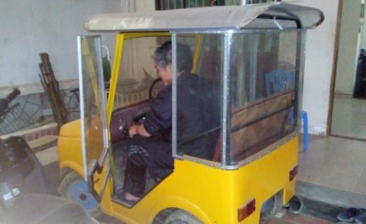 Chiếc ô tô tự chế này có thiết kế nhỏ hơn so với chiếc xe của anh Nguyễn Kim Sơn xuất hiện trên báo cách đây vài ngày (Ảnh Cảnh Thắng)