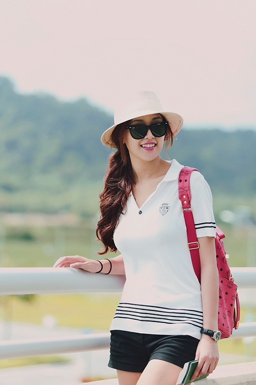 Cô đầy trẻ trung, giản dị với áo phông, quần sooc kết hợp cùng chiếc balo xinh xắn - Tin sao Viet - Tin tuc sao Viet - Scandal sao Viet - Tin tuc cua Sao - Tin cua Sao