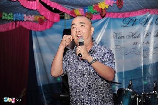 Nghệ sĩ hài Quốc Thuận là một người anh thân thiết của cô dâu và chú rể. - Tin sao Viet - Tin tuc sao Viet - Scandal sao Viet - Tin tuc cua Sao - Tin cua Sao