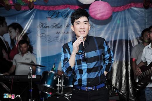 Cùng góp vui với chương trình văn nghệ của đám cưới là Quang Hà với ca khúc 60 năm cuộc đời. - Tin sao Viet - Tin tuc sao Viet - Scandal sao Viet - Tin tuc cua Sao - Tin cua Sao