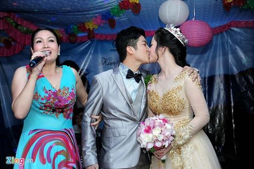 Liền ngay sau lời cảm ơn cô dâu và chú rể đã thể hiện tình yêu mặn nồng của mình bằng màn khóa môi trên sân khấu trước sự chứng kiến hơn 400 quan khách, bạn bè và đồng nghiệp. - Tin sao Viet - Tin tuc sao Viet - Scandal sao Viet - Tin tuc cua Sao - Tin cua Sao