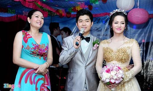 Sau những nghi thức cưới hỏi, cô dâu Nhật Kim Anh đã thay mặt cho hai vợ chồng nói lời cám ơn đến quan khách hai họ, bạn bè, đồng nghiệp… đã dành thời gian đến chia vui cùng hai vợ chồng. - Tin sao Viet - Tin tuc sao Viet - Scandal sao Viet - Tin tuc cua Sao - Tin cua Sao