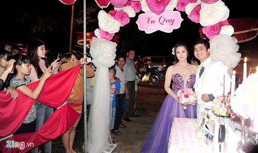 Nhiều khán giả hâm mộ đến xem đám cưới thật đông, họ cũng tranh thủ chụp ảnh cô dâu và chú rể. - Tin sao Viet - Tin tuc sao Viet - Scandal sao Viet - Tin tuc cua Sao - Tin cua Sao